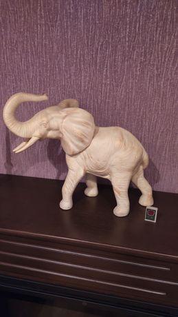 Огромная статуэтка слона
