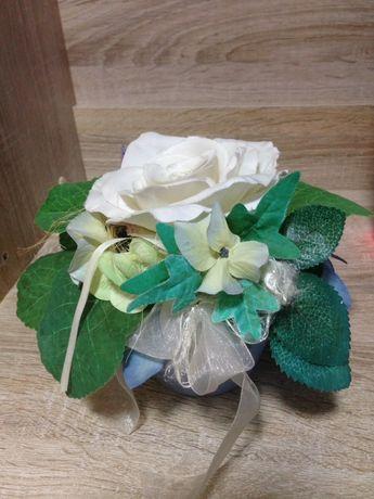 Вазон с букетом искуственным цветком и розой белой