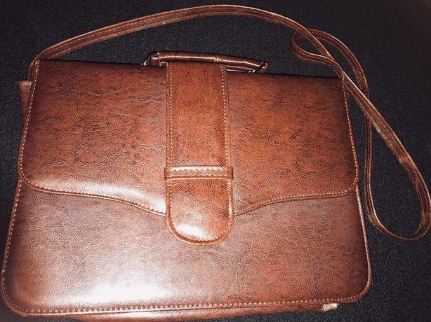 Сумка-портфель коричневого кольору з штучної шкіри за 200 грн.