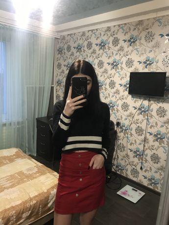 Продам красную юбку с заклепками