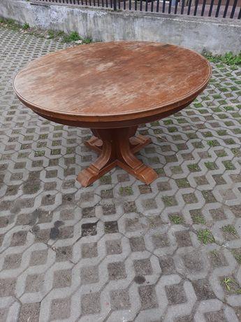 Stary drewniany okrągły stół.