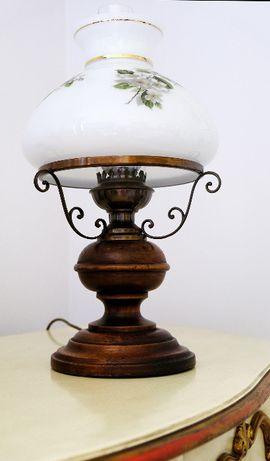 lampa z drewnianą podstawą i szklanym abażurem