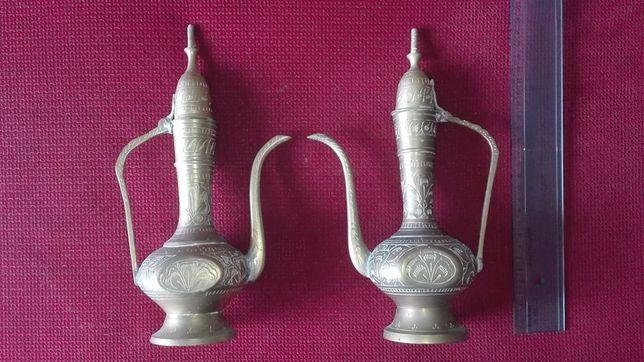 Conjunto de cântaros antigos de latão cinzelado