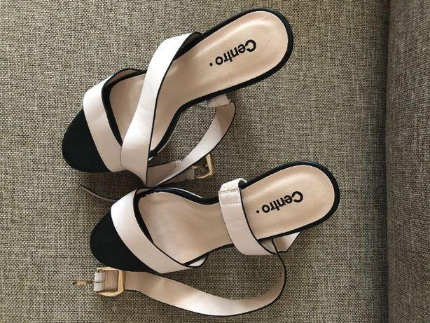 Bladoróżowe sandały na koturnie