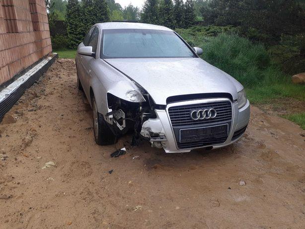 Audi A6 sedan lekko uszkodzony