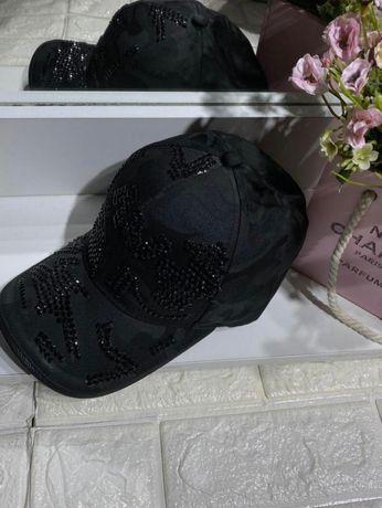 Женская кепка в стразах