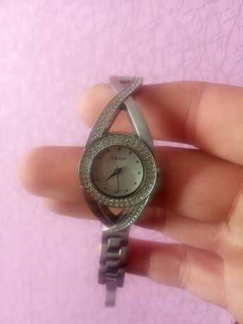 Продам женские часы Нержавеющей стали