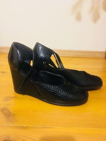 Кожаные женские туфли на танкетке