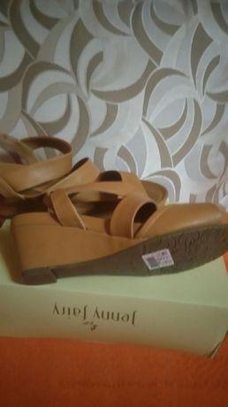 Sprzedam nowe sandałki w kolorze camel. Rozmiar 40.