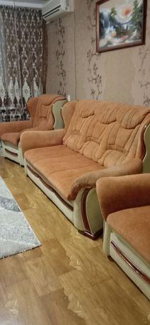 Продаётся диван и два кресла.