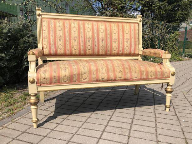 Wiekowa sofa ławka do renowacji