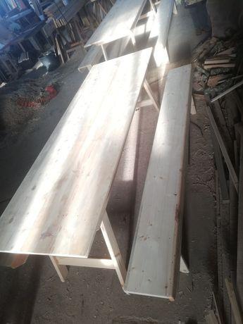 Conjunto de mesa com pés rebatíveis e dois bancos corridos.