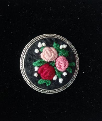 Broszka z różyczkami - haft ręczny