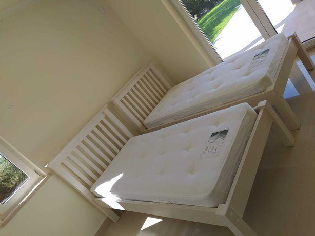 Duas camas individuais com colchões
