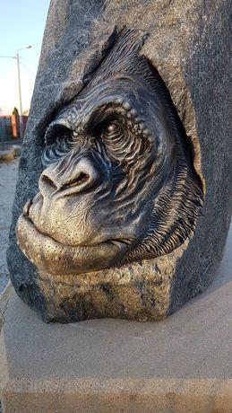 Rzeźba ogrodowa granit kamień polny goryl twarze