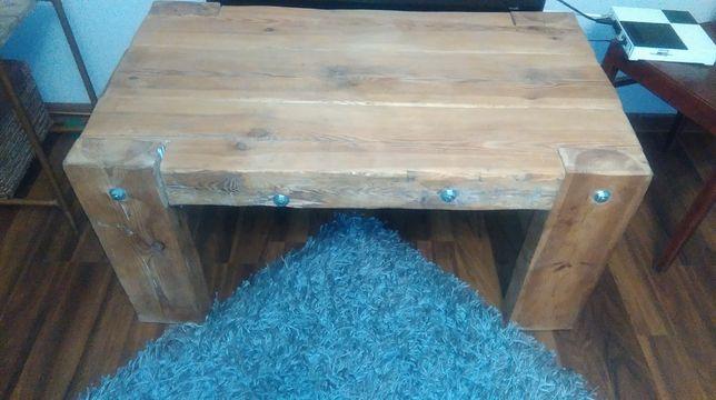 stolik z drewnianych bali