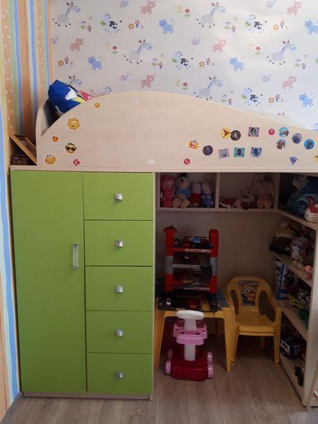 Двухярусная кровать и стенка