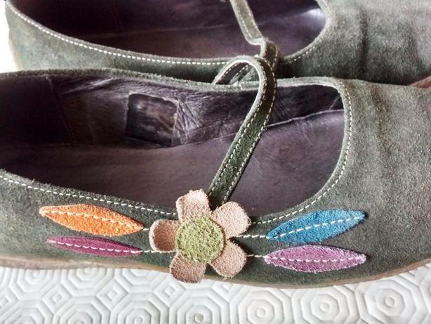 Sapatos de Camurça como novos. Verde escuro com aplicações. número 40