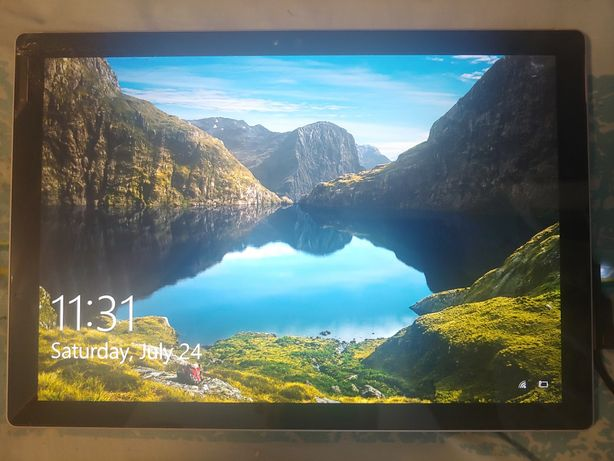 Surface Pro 4,  4Gb/128Gb трещины на экране, выключается, тач работает