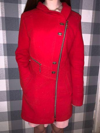 Пальто женское красного цвета почти даром