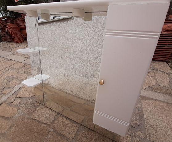 Espelho de casa de banho e tampo de móvel