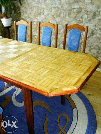 Duży stół i krzesła