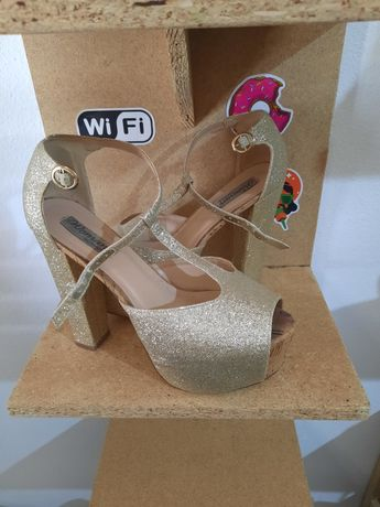 Sapatos de salto alto dourados/prateados