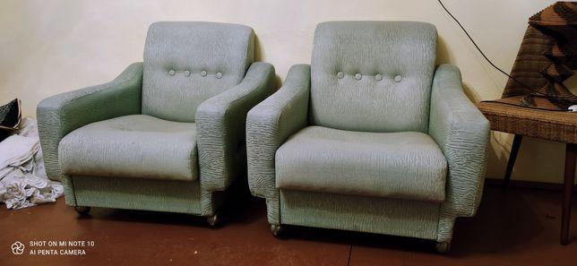Fotele PRL w kolorze seledynowym zielone