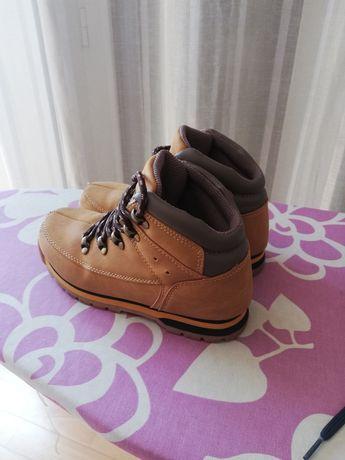 Sapatilhas e botas de criança