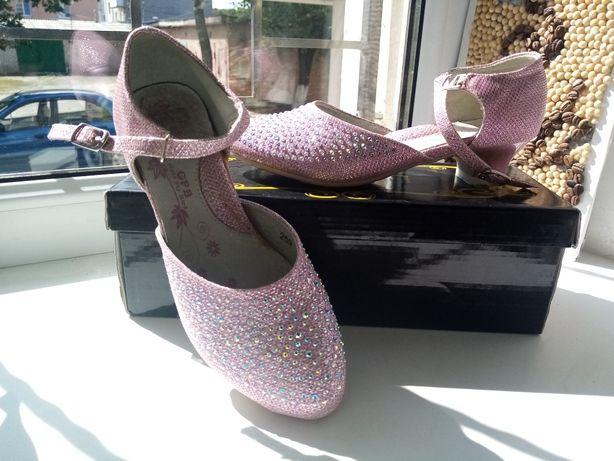 Нарядные туфли для девочки.
