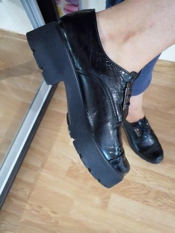 Продам туфли закрытые чёрные лаковые 26,5 см