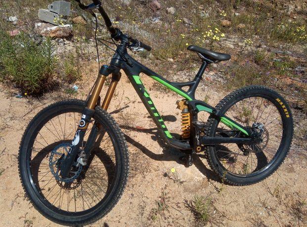 Bike de downhill KONA OPERATOR CARBONO em excelente condição, roda 26.
