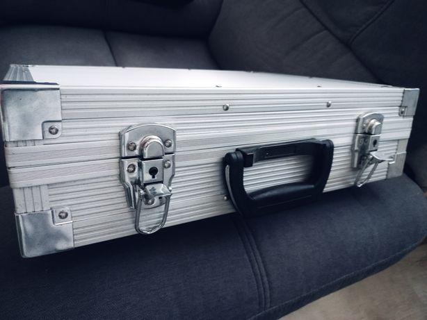 Walizka kufer na kosmetyki sprzęt muzyczny.