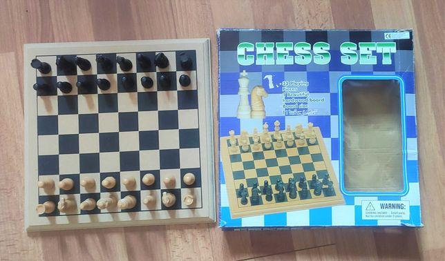 Tabuleiro de xadrez em madeira com peças em plástico