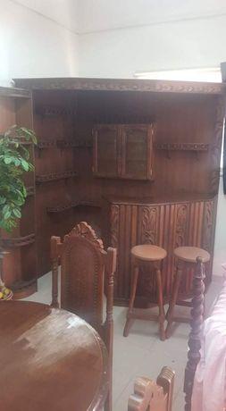 Bar em madeira maciça com 2 bancos
