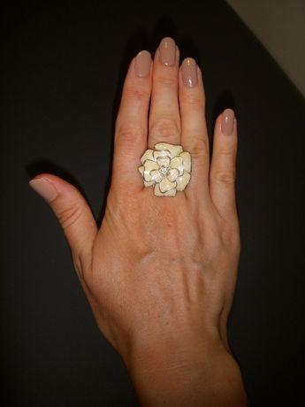 Pierścionek perłowy w kształcie kwiata
