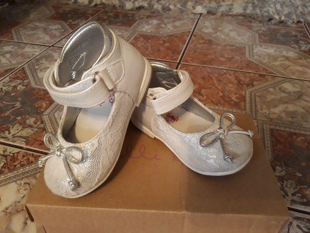 Buciki dla dziewczynki białe r.22