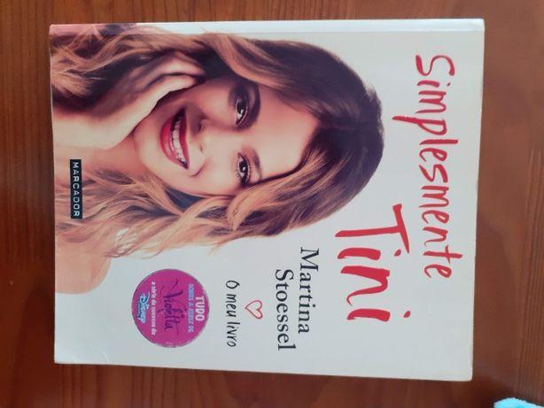 "livro ""Simplesmente Tini"" de Martina Stoessel"