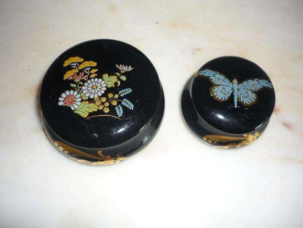 conjunto 2 caixas e 1 jarra e 2 cinzeiros em porcelana preta pintada