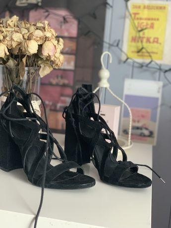 Buty na koturne zamszowe wiązane