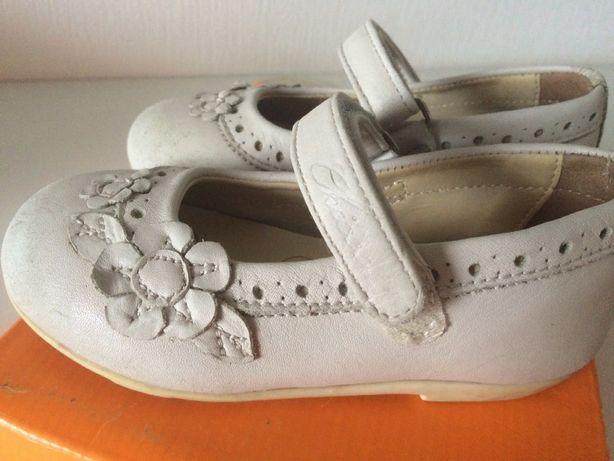Туфельки, кожаные туфли белые CHICCO 24 раз на девочку босоножки