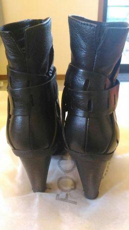 Botins pretos em pele, marca Entrepés, Tam 36.