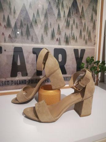 Buty na koturnie z paskiem zamszowe
