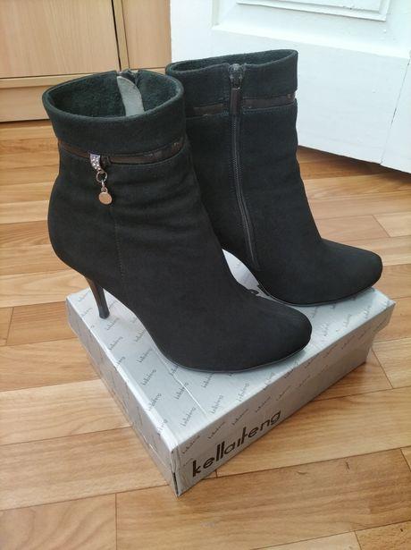 Жіноче взутя.