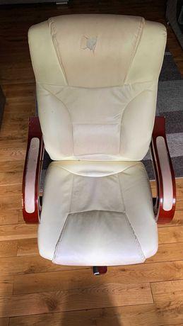 Kremowy fotel do komputera
