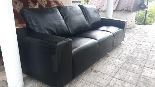 Продам шкіряний трьохмісний диван