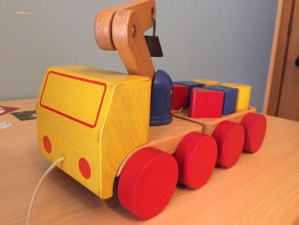 Camião de madeira articulado com peças e com imans
