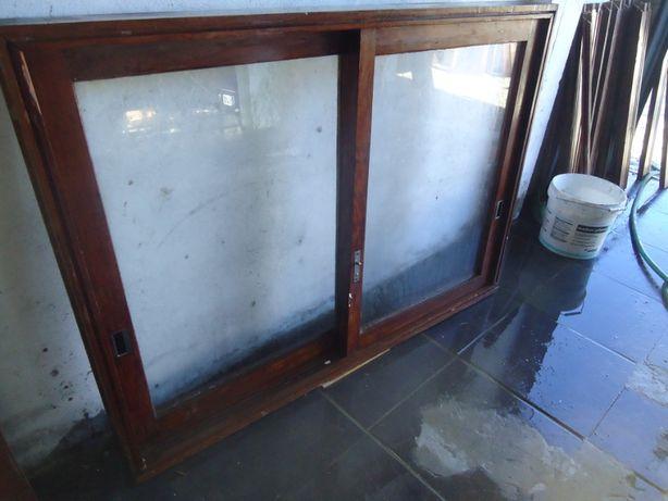janelas e portas em madeira