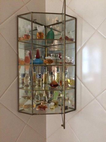 Expositor decorativo com miniaturas de perfumes