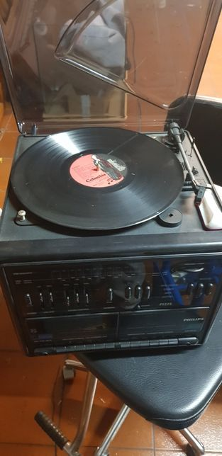 Aparelhagem com rádio, leitor de cassetes e gira-discos